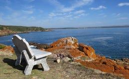 Πάγκος με τον ωκεανό και τους βράχους στοκ φωτογραφίες με δικαίωμα ελεύθερης χρήσης