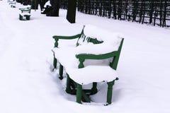 Πάγκος με το χιόνι στο πάρκο Στοκ εικόνες με δικαίωμα ελεύθερης χρήσης