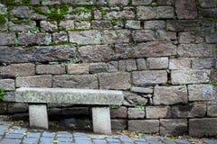 Πάγκος μπροστά από έναν τοίχο πετρών, Dinan, υπόστεγο-D'Armor, Βρετάνη, Στοκ εικόνα με δικαίωμα ελεύθερης χρήσης
