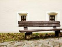 Πάγκος μπροστά από δύο παλαιά παράθυρα Στοκ φωτογραφία με δικαίωμα ελεύθερης χρήσης