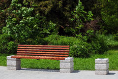 Πάγκος ξύλινος στο πάρκο πόλεων Στοκ φωτογραφίες με δικαίωμα ελεύθερης χρήσης