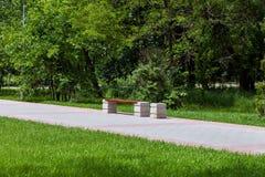 Πάγκος ξύλινος στο πάρκο πόλεων Στοκ εικόνα με δικαίωμα ελεύθερης χρήσης