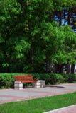 Πάγκος ξύλινος στο πάρκο πόλεων Στοκ φωτογραφία με δικαίωμα ελεύθερης χρήσης