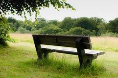 Πάγκος πάρκων μια ηλιόλουστη ημέρα Στοκ φωτογραφίες με δικαίωμα ελεύθερης χρήσης