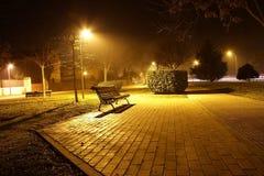 Πάγκος πάρκων στη νύχτα Στοκ εικόνα με δικαίωμα ελεύθερης χρήσης