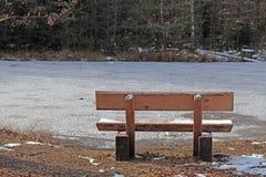 Πάγκος πάρκων το φθινόπωρο Στοκ Φωτογραφίες