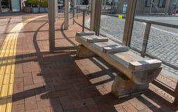 Πάγκος που γίνεται από το ξύλο πεύκων στη στάση λεωφορείου του Himeji στοκ φωτογραφία με δικαίωμα ελεύθερης χρήσης