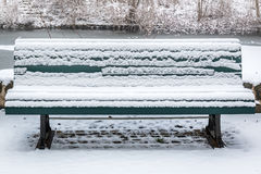 πάγκος που καλύπτεται χιονίζοντας χειμώνας χιονιού σκηνής πάρκων Στοκ φωτογραφία με δικαίωμα ελεύθερης χρήσης