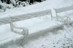 πάγκος που καλύπτεται χιονίζοντας χειμώνας χιονιού σκηνής πάρκων Στοκ Φωτογραφία