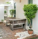 πάγκος που ψαλιδίζει απομονωμένο επιτραπέζιο άσπρο ξύλινο μονοπατιών στοκ εικόνες με δικαίωμα ελεύθερης χρήσης