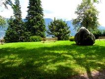 Πάγκος σε ένα λιβάδι με την πέτρα Στοκ εικόνα με δικαίωμα ελεύθερης χρήσης