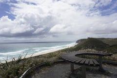 Πάγκος σε μια νεφελώδη παραλία στοκ εικόνα