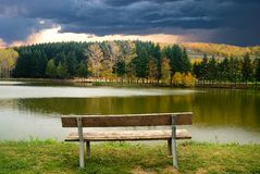 Πάγκος στην άκρη της λίμνης Στοκ Φωτογραφίες