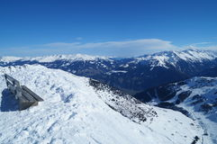 Πάγκος στην κορυφή βουνών με μια όμορφη άποψη Στοκ Εικόνες