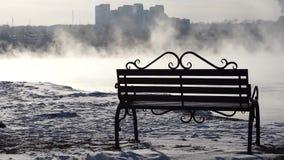 Πάγκος στην ομίχλη στο υπόβαθρο της πόλης απόθεμα βίντεο