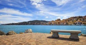 Πάγκος στην προκυμαία στο Πόρτο Santo Stefano, Argentario, Τοσκάνη, Ι Στοκ εικόνα με δικαίωμα ελεύθερης χρήσης