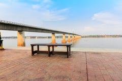 Πάγκος στη γέφυρα και την όχθη ποταμού Στοκ Φωτογραφία