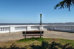 Πάγκος στον ποταμό Λα Plata - Colonia del Σακραμέντο, Ουρουγουάη Στοκ φωτογραφία με δικαίωμα ελεύθερης χρήσης