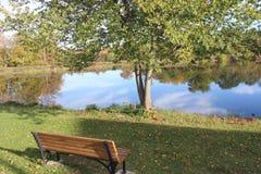 Πάγκος στο αγρόκτημα κάμψεων ποταμών Στοκ Φωτογραφία