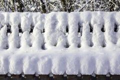 Πάγκος στο πάρκο μετά από βαριές χιονοπτώσεις Στοκ Φωτογραφία