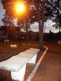 Πάγκος στο τετράγωνο στο σούρουπο στοκ εικόνα με δικαίωμα ελεύθερης χρήσης