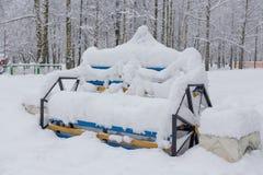 Πάγκος στο χιονώδες πάρκο Στοκ εικόνες με δικαίωμα ελεύθερης χρήσης