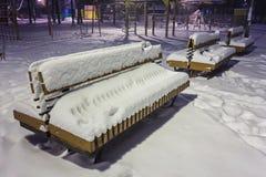 Πάγκος τοπίων χειμερινής νύχτας κάτω από τα δέντρα και τη λάμποντας οδό lig Στοκ φωτογραφίες με δικαίωμα ελεύθερης χρήσης