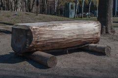 Πάγκος φιαγμένος από ξύλινα κούτσουρα Στοκ Εικόνα