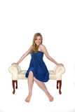 πάγκων μπλε νεολαίες γυναικών συνεδρίασης φορεμάτων όμορφες Στοκ Εικόνα