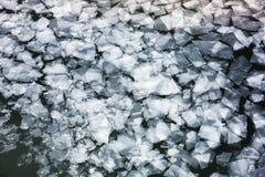 Πάγος άνοιξη που παρασύρει στον ποταμό Στοκ Εικόνες