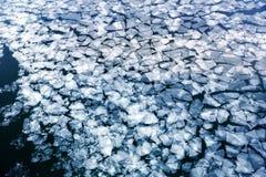 Πάγος άνοιξη που παρασύρει στον ποταμό Στοκ εικόνες με δικαίωμα ελεύθερης χρήσης