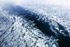 Πάγος άνοιξη που παρασύρει στον ποταμό Στοκ Φωτογραφίες