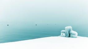 Πάγος και παγετός και μια μπλε λίμνη Στοκ Φωτογραφίες