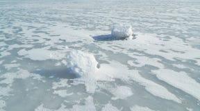 Πάγος-καλυμμένος ποταμός Στοκ εικόνες με δικαίωμα ελεύθερης χρήσης
