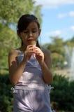 πάγος κοριτσιών κρέμας Στοκ φωτογραφία με δικαίωμα ελεύθερης χρήσης