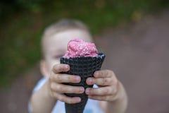 πάγος κρέμας παιδιών Στοκ Εικόνες