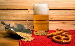 Πάγος - κρύα κούπα της μπύρας με pretzels Στοκ εικόνες με δικαίωμα ελεύθερης χρήσης