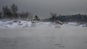 Πάγος - κρύος κυματισμός θαλάσσιου νερού αργά στην ήρεμη θάλασσα της Βαλτικής φιλμ μικρού μήκους