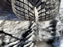 Πάγος - κρύο μωρό ελαστικών αυτοκινήτου Στοκ εικόνα με δικαίωμα ελεύθερης χρήσης