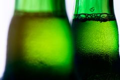 Πάγος - κρύο πράσινο μπουκάλι μπύρας στην άσπρη κινηματογράφηση σε πρώτο πλάνο υποβάθρου Στοκ φωτογραφία με δικαίωμα ελεύθερης χρήσης