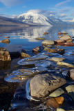 Πάγος-κλειδωμένοι βράχοι στις θερμαίνοντας χειμερινές ακτές της λίμνης McDonald στο εθνικό πάρκο παγετώνων, Μοντάνα, ΗΠΑ Στοκ εικόνα με δικαίωμα ελεύθερης χρήσης