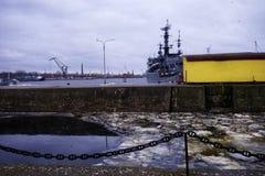 Πάγος λεπτομέρειας μετάλλων σκαφών αντανάκλασης λιμενικού νερού αναχωμάτων Kronstadt Στοκ φωτογραφία με δικαίωμα ελεύθερης χρήσης