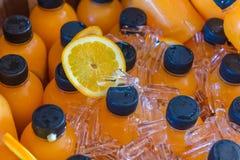 πάγος μπουκαλιών χυμού από πορτοκάλι - κρύο στην παγωνιέρα Στοκ Εικόνες