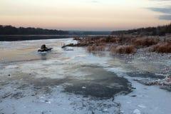 Πάγος ποταμών και κόκκινη χλόη στο ηλιοβασίλεμα Στοκ φωτογραφία με δικαίωμα ελεύθερης χρήσης