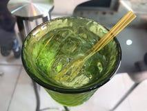 Πάγος ποτών νερού στο γυαλί πράσινο Στοκ Φωτογραφίες