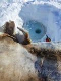 Πάγος που αλιεύει σε μια παγωμένη χιονώδη λίμνη στοκ εικόνα με δικαίωμα ελεύθερης χρήσης