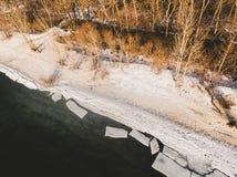 Πάγος που επιπλέει στο χρόνο ποταμών την άνοιξη Χειμερινό τοπίο με την τήξη του επιπλέοντος πάγου πάγου Στοκ εικόνα με δικαίωμα ελεύθερης χρήσης