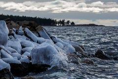 Πάγος στην ακροθαλασσιά και τον παφλασμό του νερού Στοκ Εικόνες