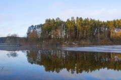Πάγος στη λίμνη, άποψη από τη να κάνει σκι διαδρομή, Gorodok Στοκ εικόνα με δικαίωμα ελεύθερης χρήσης