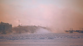 Πάγος του ποταμού Neva κοντά στο Peter και το φρούριο του Paul απόθεμα βίντεο